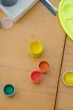 爱好绘画-有色的铅笔的工作场所,树胶水彩画颜料刺激 图库摄影