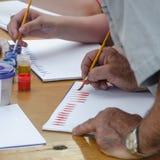 爱好绘画-有色的铅笔的工作场所,树胶水彩画颜料刺激 免版税库存照片
