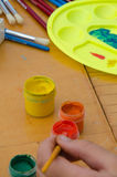 爱好绘画-有色的铅笔的工作场所,树胶水彩画颜料刺激 库存图片