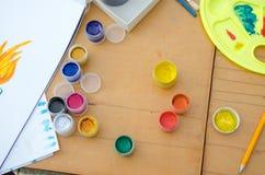 爱好绘画-有色的铅笔的工作场所,树胶水彩画颜料刺激 库存照片