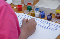 爱好绘画-有色的铅笔的工作场所,树胶水彩画颜料刺激 免版税图库摄影
