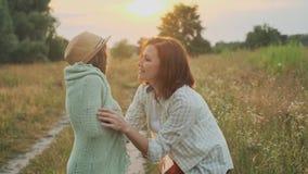 爱妈妈在女儿被编织的毯子投入,拥抱孩子 影视素材