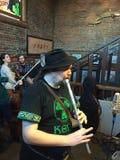 爱尔兰人口哨球员执行在Corvallis酒吧在圣帕特里克的天2016年 免版税库存照片