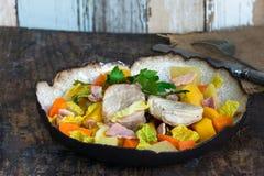 爱尔兰人的菜肴用猪肉和菜在萍果汁烹调了 免版税库存图片