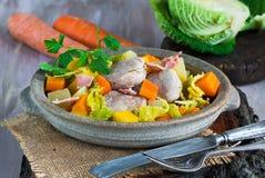 爱尔兰人的菜肴用猪肉和菜在萍果汁烹调了 库存图片