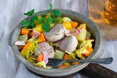 爱尔兰人的菜肴用猪肉和菜在萍果汁烹调了 库存照片
