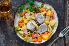 爱尔兰人的菜肴用猪肉和菜在萍果汁-顶视图烹调了 免版税库存照片