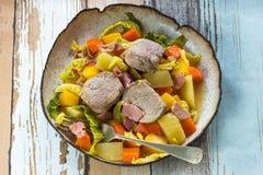 爱尔兰人的菜肴用猪肉和菜在萍果汁-顶视图烹调了 免版税库存图片
