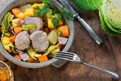 爱尔兰人的菜肴用猪肉和菜在萍果汁-顶视图烹调了 图库摄影