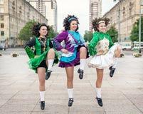 爱尔兰人舞蹈的三名妇女穿戴跳舞 图库摄影