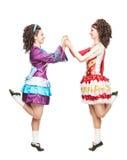 爱尔兰人舞蹈的两个少妇穿戴跳舞被隔绝 库存图片