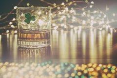 爱尔兰威士忌酒St Patricks三叶草灿烂光辉 库存照片