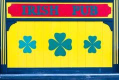 爱尔兰客栈签到与三叶草的黄色 免版税库存照片