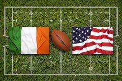 爱尔兰对 在橄榄球领域的美国旗子 库存图片