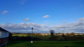 爱尔兰小镇的看法有一朵蓝天和白色云彩的 免版税库存照片