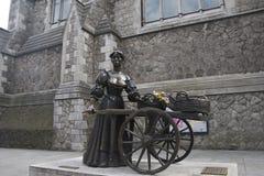 爱尔兰民间传奇娘娘腔的男人玛隆雕象在Grafton街上的 免版税图库摄影