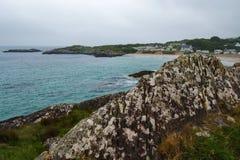 爱尔兰海滩村庄阴云密布 免版税图库摄影