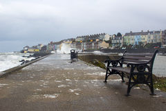 从爱尔兰海的大波浪在冬天风暴期间打击港口墙壁在长的孔在曼格爱尔兰 库存照片