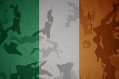 爱尔兰的旗子卡其色的纹理的 装甲攻击机体关闭概念标志绿色m4a1军用步枪s射击了数据条工作室作战u 免版税图库摄影