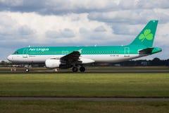 爱尔兰航空空中客车A320 EI-DVI客机离开在阿姆斯特丹Schipol机场 库存照片