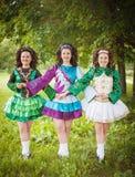 爱尔兰语的三个年轻美丽的女孩跳舞礼服摆在室外 库存图片