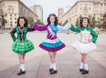 爱尔兰语的三名妇女跳舞礼服和假发摆在 库存图片