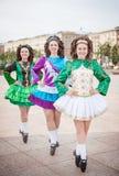 爱尔兰语的三名妇女跳舞礼服和假发摆在 免版税库存照片