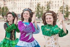 爱尔兰语的三名妇女跳舞礼服和假发摆在 免版税图库摄影