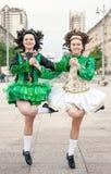 爱尔兰语的两名妇女跳舞礼服和假发跳舞 库存图片