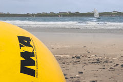 爱尔兰风帆冲浪的协会黄色浮体 库存照片