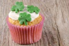 爱尔兰st patricks日杯形蛋糕 免版税库存图片