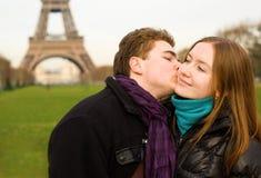 爱巴黎的夫妇浪漫 库存图片