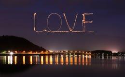 爱庆祝在河口湖桥梁的闪闪发光烟花  免版税图库摄影