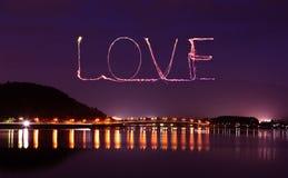 爱庆祝在河口湖桥梁的闪闪发光烟花  库存照片
