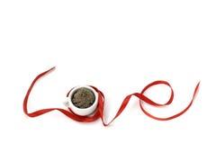 爱形状与微型杯子的丝带艺术 免版税库存图片