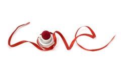 爱形状与微型杯子的丝带艺术 免版税图库摄影