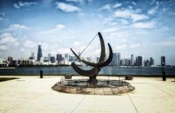 爱德乐天文馆雕塑和芝加哥地平线-被漂白的画象艺术性的作用-芝加哥,伊利诺伊,美国 免版税图库摄影