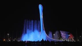 爱德乐,俄罗斯- 2019年4月10日:签署的喷泉在索契奥林匹克公园  人们在附近观看一个音乐轻的展示 影视素材