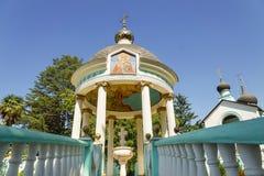 爱德乐,索契,俄罗斯- 9月17 2012年:Vodolatskii圆顶圆形建筑在三位一体的教会里在村庄  免版税库存照片