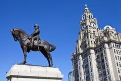 爱德华七世国王纪念碑和皇家肝脏大厦在利物浦 库存照片