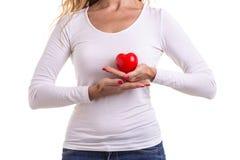 爱心脏,保护和医疗保健概念:白种人妇女hol 免版税图库摄影