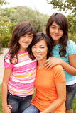 爱恋亚洲母亲和女儿微笑 库存照片