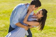 爱恋和愉快的夫妇跳舞在公园 免版税库存照片