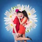 年轻爱恋夫妇亲吻 免版税库存图片