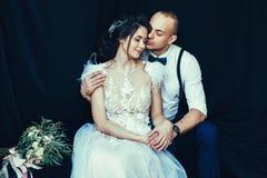 爱恋年轻夫妇拥抱 库存照片