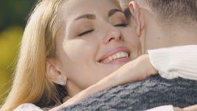 爱恋拥抱人、忠实的妻子期待已久的会议和丈夫的妇女 影视素材