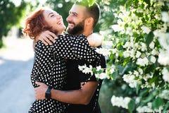 爱恋的一起摆在照相机的人和女孩 免版税图库摄影