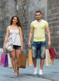 爱恋的加上在城市的购物袋 免版税库存照片