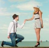 爱恋的在沿海的夫妇减速火箭的样式约会 免版税库存图片