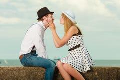 爱恋的在沿海的夫妇减速火箭的样式约会 免版税库存照片